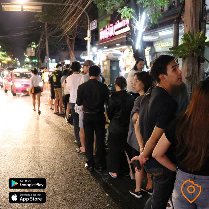 Food Tour Bangkok Thip Samai queue