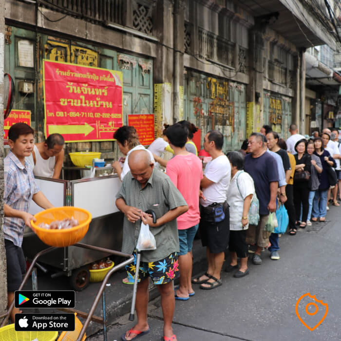 wait in line for street food chinatown